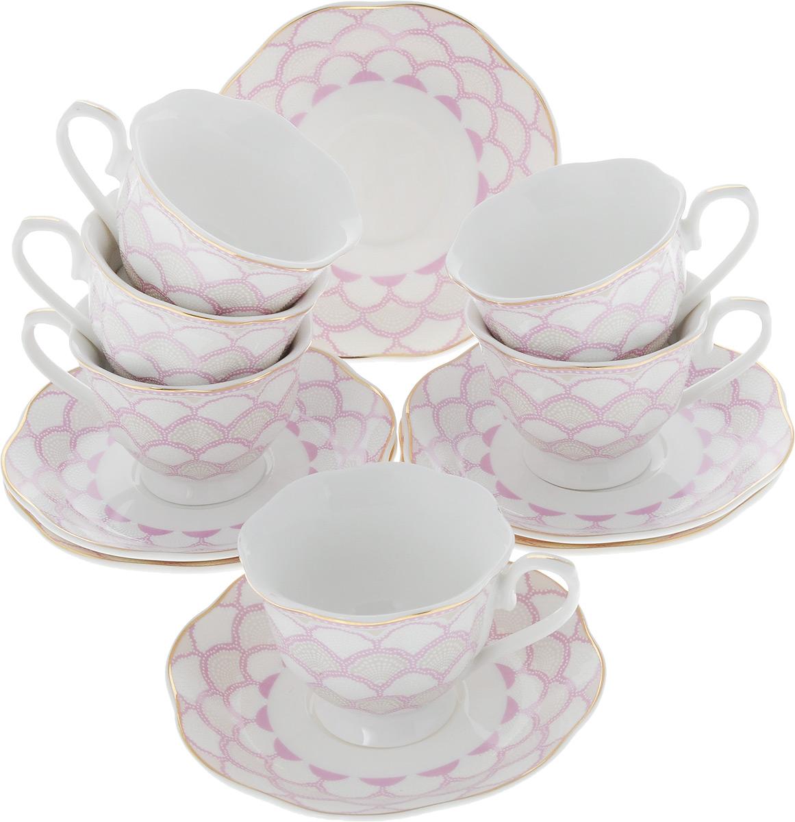 Кофейный сервиз Loraine, 80 мл, цвет: белый, розовый, 12 предметов25788Кофейный сервиз Loraine на 6 персон выполнен из высококачественного костяного фарфора - материала, безопасного для здоровья и надолго сохраняющего тепло напитка. В наборе 6 чашек и 6 блюдец. Несмотря на свою внешнюю хрупкость, каждый из предметов набора обладает высокой прочностью и надежностью. Изделия украшены тонкой золотой каймой, внешние стенки дополнены красивым рельефным рисунком. Элегантный классический дизайн сделает этот набор изысканным украшением любого стола. Набор упакован в подарочную коробку, поэтому его можно преподнести в качестве оригинального и практичного подарка для родных и близких. Объем чашки: 80 мл. Диаметр чашки (по верхнему краю): 6,5 см. Высота чашки: 5,5 см. Диаметр блюдца: 11,5 см.