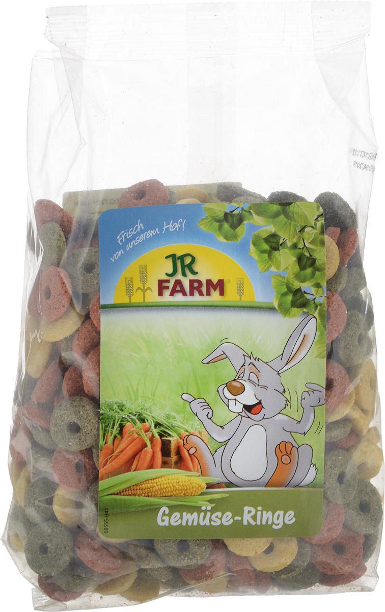 Лакомство для грызунов JR Farm Овощные колечки, 200 г0120710Лакомство для грызунов JR Farm Овощные колечки позабавит и займет вашего питомца благодаря содержащемуся в них кукурузы, моркови, пшеницы и шпинату. Колечки богаты протеином и имеют низкое содержание жира.Без добавления сахара и искусственных красителей. Вес: 200 г.Товар сертифицирован.