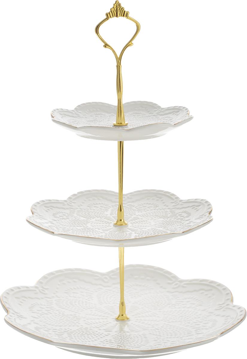 Конфетница Loraine Элис, 3-ярусная, высота 26 см. 2651380-073Элегантная конфетница Loraine Элис, выполненная из керамики, сочетает в себе изысканный дизайн с максимальной функциональностью. Конфетница состоит из 3-х ярусов разного размера и предназначена для красивой сервировки конфет, фруктов и десертов. Ярусы в форме цветочков оформлены оригинальным рельефным орнаментом и золотистой окантовкой. Стойка-держатель конфетницы выполнена из металла. Конфетница Loraine Элис украсит сервировку вашего стола и подчеркнет прекрасный вкус хозяина, а также станет отличным подарком.Диаметр большого яруса: 26 см. Диаметр среднего яруса: 20 см. Диаметр малого яруса: 15 см. Высота конфетницы: 26 см.