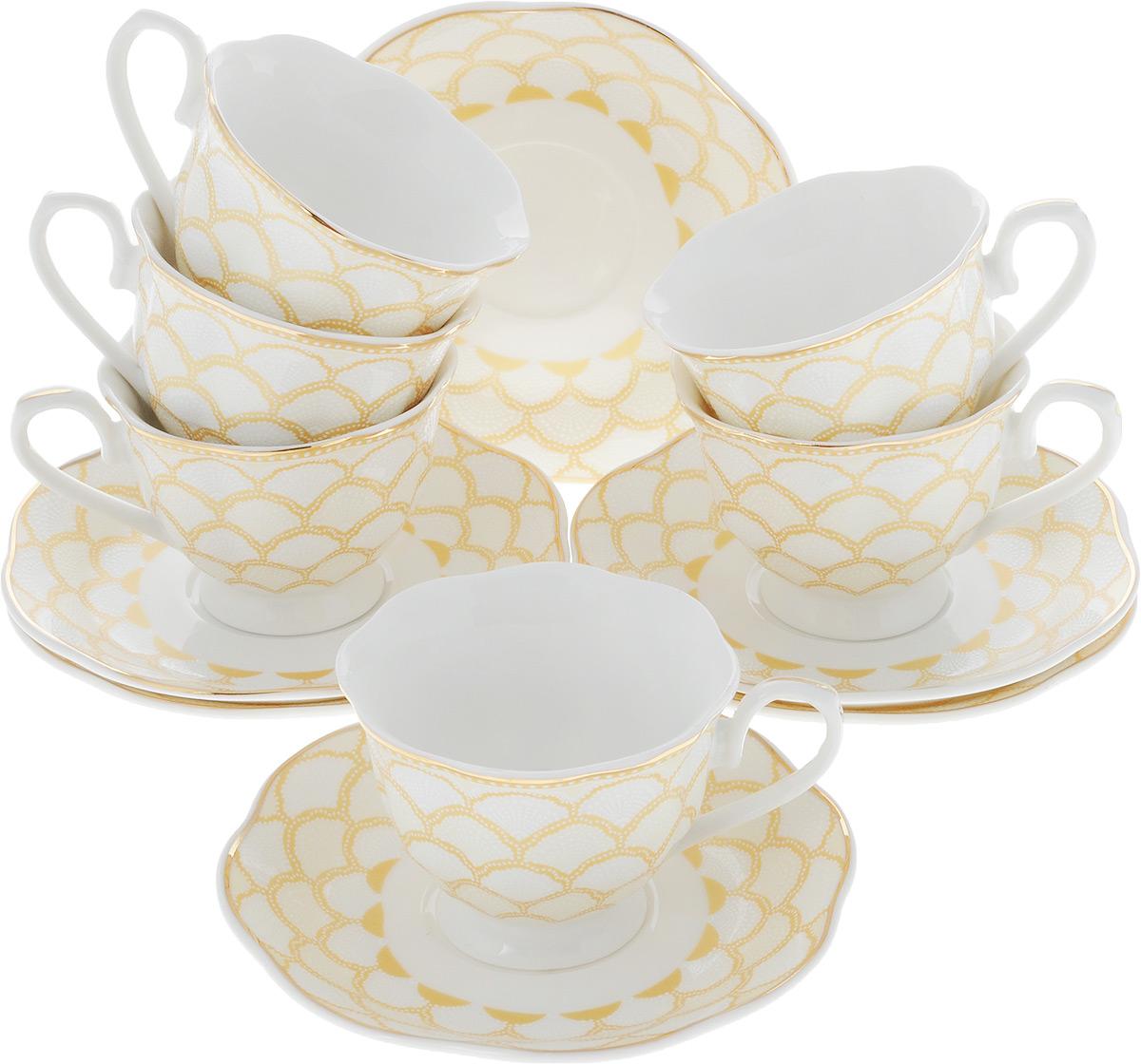 Сервиз кофейный Loraine, 12 предметов, цвет: белый, золотистый. 26444-1115510Кофейный сервиз Loraine на 6 персон выполнен из высококачественного костяного фарфора - материала, безопасного для здоровья и надолго сохраняющего тепло напитка. В наборе 6 чашек и 6 блюдец. Несмотря на свою внешнюю хрупкость, каждый из предметов набора обладает высокой прочностью и надежностью. Изделия украшены тонкой золотой каймой, внешние стенки дополнены рельефным орнаментом. Элегантный классический дизайн сделает этот набор изысканным украшением любого стола. Набор упакован в подарочную коробку, поэтому его можно преподнести в качестве оригинального и практичного подарка для родных и близких. Подходит для мытья в посудомоечной машине.Объем чашки: 80 мл. Диаметр чашки (по верхнему краю): 7 см. Высота чашки: 5,5 см. Диаметр блюдца: 11,5 см.