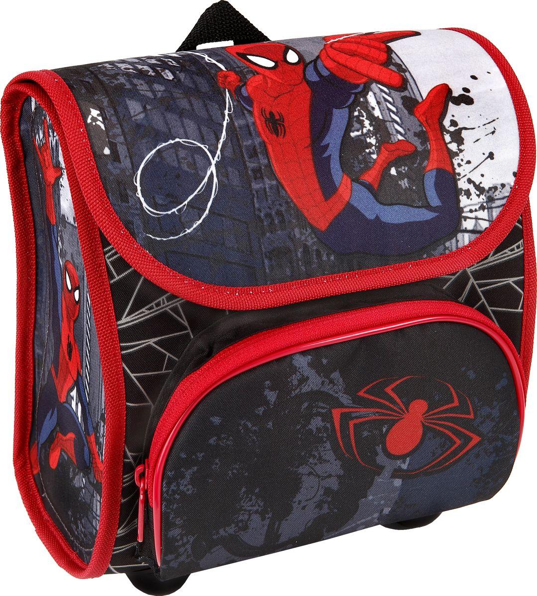 Scooli Рюкзак для мальчика Spider-ManL39845800Основное отделение мини-ранца очень удобное и вместительное, а его ортопедическая спинка и регулирующиеся лямки с системой вентиляции гарантируют малышу дополнительный уют и комфорт. Пластиковые ножки на дне рюкзака предотвратит вытирание ткани, таким образом обеспечивая более долгие сроки службы великолепного изделия! Рюкзачок изготовлен из высококачественных, нетоксичных, эталонных материалов, очень прочный и надежный, а также совершенно безопасен для ребенка!