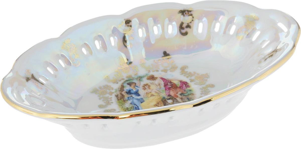 Конфетница Queens Crown Мадонна, 17 х 10 см115510Конфетница Queens Crown Мадонна выполнена из высококачественного фарфора с покрытием глазурью. Изделие украшено перламутром, золотистой эмалью, изысканными узорами, перфорацией на стенках и дополнено красивым рисунком на дне. Такая конфетница отлично подойдет для торжественных случаев и изысканно украсит ваш стол.