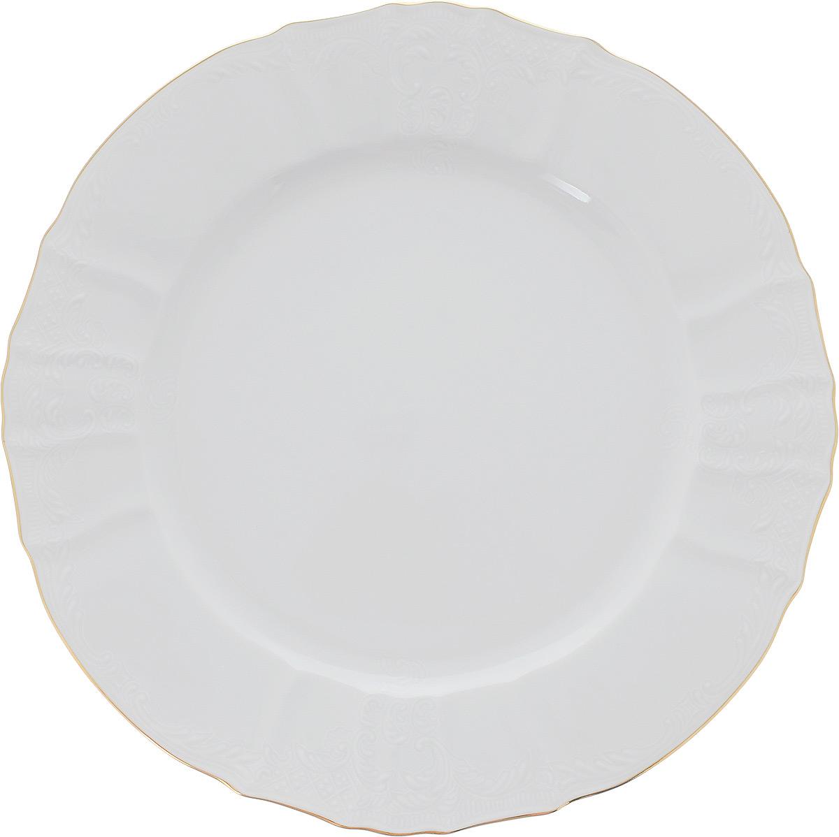 Блюдо Bernadotte Узор, диаметр 30 см115510Блюдо Bernadotte Узор выполнено из белоснежного фарфора с покрытием глазурью. Изделие украшено золотистой эмалью по краю и изысканным рельефным орнаментом. Оно прекрасно подойдет для сервировки разнообразных блюд - закусок, нарезок, салатов, канапе, овощей и фруктов, пирожных. Такое блюдо красиво дополнит сервировку вашего стола. Отлично подойдет как для повседневного использования, так и для торжественных случаев.