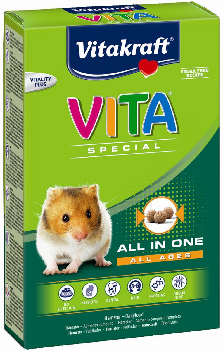 Корм Vitakraft Vita Special, для хомяков, 600 г590215Сбалансированный корм содержит все необходимые питательные вещества, витамины и минералы. Исключает выборочное поедание. Пребиотик инулин поддерживает здоровье кишечной флоры, Омега 3 и 6 жирные кислоты ухаживают за кожей и шерстью. Сырая клетчатка способствует стачиванию зубов. Содержит компоненты для уменьшения неприятного запаха.