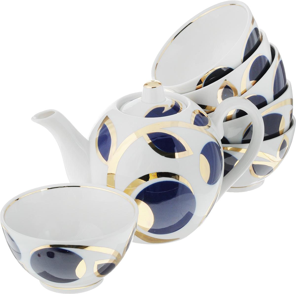 Набор чайный Фарфор Вербилок Кобальтовые яблоки, 7 предметовVT-1520(SR)Чайный набор Фарфор Вербилок Кобальтовые яблоки состоит из 6 пиал и заварочного чайника. Изделия выполнены из высококачественного фарфора и оформлены оригинальным рисунком.Изящный чайный набор прекрасно оформит стол к чаепитию и порадует вас элегантным дизайном и качеством исполнения.История Мануфактуры Гарднеръ насчитывает более 250 лет. За четверть тысячелетия фабричные мастера создали целую галерею шедевров фарфорового искусства, многие из которых служили украшением императорских дворцов и аристократических салонов. Если верить легенде, именно вербилковские сервизы так понравились Екатерине II во время праздничного обеда в честь именин монаршей особы.Объем чайника: 800 мл.Высота чайника (без учета крышки): 11,5 см.Диаметр чайника (по верхнему краю): 4,5 см.Объем пиалы: 300 мл.Диаметр пиалы (по верхнему краю): 11 см.Высота пиалы: 6,5 см.