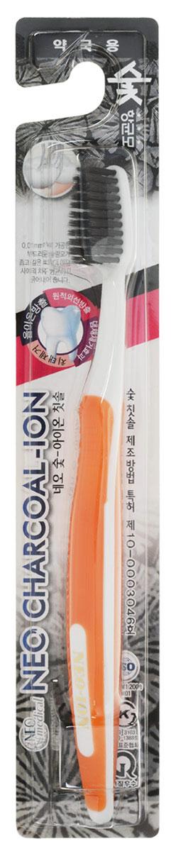 NEO ION Зубная щетка с ионами угля, цвет: белый, оранжевый129942Щетка NEO ION с утонченной щетиной на кончиках дает возможность более глубоко проникать в межзубное пространство и тщательно очищать зубы и десны. Утонченная щетина способствуют лучшему кровообращению, предупреждая воспалительные реакции. Уголь обладает хорошими абсорбирующими свойствами и активно удаляет зубной налет, а также помогает содержать в чистоте полость рта. Товар сертифицирован.