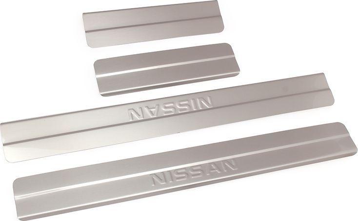 Накладки внутренних порогов DolleX, для NISSAN SENTRA, ступенчатые, 4 штNPS-031Придают автомобилю стильный и неповторимый вид, эффективно защищают пороги от повреждения лакокрасочного покрытия.Отличительные особенности:- Полностью повторяет геометрию порога;- Полированная нержавеющая сталь;- Толщина стали 0,5 мм.;- Стильный внешний вид;- Легкая и быстрая установка;- Крепление лента липкая двухсторонняя.Комплект: размер 500х59 мм - 2 шт.размер 220х59 мм - 2 шт.