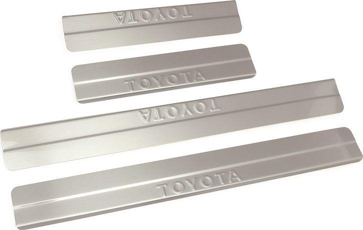 Накладки внутренних порогов DolleX, для TOYOTA RAV 4 (2013-2015), ступенчатые, 4 штNSI-010Придают автомобилю стильный и неповторимый вид, эффективно защищают пороги от повреждения лакокрасочного покрытия.Отличительные особенности:- Полностью повторяет геометрию порога;- Полированная нержавеющая сталь;- Толщина стали 0,5 мм.;- Стильный внешний вид;- Легкая и быстрая установка;- Крепление лента липкая двухсторонняя.Комплект: размер 500х56 мм - 2 шт.размер 270х56 мм - 2 шт.