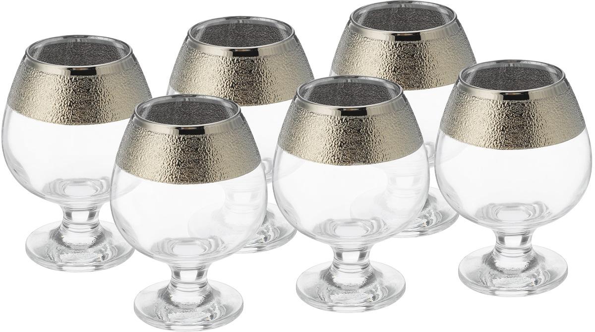 Набор бокалов для бренди Гусь Хрустальный Золотой карат, 400 мл, 6 штVT-1520(SR)Набор Гусь-Хрустальный Золотой карат состоит из 6 бокалов на низкой тонкой ножке, изготовленных из высококачественного натрий-кальций-силикатного стекла. Изделия оформлены красивым зеркальным покрытием, широкой окантовкой с оригинальным узором и белым матовым орнаментом. Бокалы предназначены для подачи бренди. Такой набор прекрасно дополнит праздничный стол и станет желанным подарком в любом доме. Разрешается мыть в посудомоечной машине. Диаметр бокала (по верхнему краю): 6 см. Высота бокала: 12,5 см.