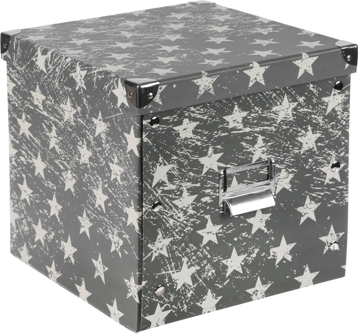 Коробка для хранения, складная, цвет: хаки, бежевый, 28 х 28 х 27 смБрелок для ключейКоробкадля хранения изготовлена из высококачественного плотного картонаи оформлена оригинальным принтом. Она предназначена для хранения различных мелочей. Изделие легко собирается с помощью металлических креплений и не занимает много места. Такая коробка для хранения идеальное решение для аккуратного хранения различных ниток, канцелярских товаров.Размер коробки (в собранном виде): 28 х 28 х 27 см.
