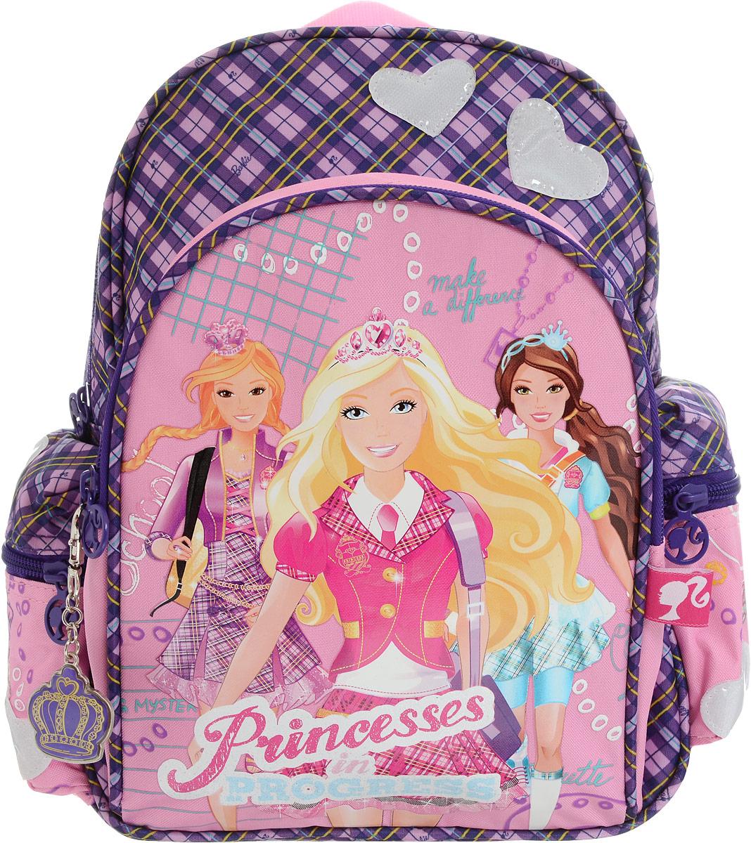 Barbie Рюкзак детский Princess In Progress цвет розовый фиолетовыйBRCS12-11T-346_три принцессыДетский рюкзак Barbie Princess In Progress изготовлен из прочного полиэстера, украшен аппликацией с Barbie и оснащен светоотражательными элементами в форме сердечек. Корпус рюкзака мягкий, спинка и лямки уплотнены поролоном. Для комфортной переноски сверху рюкзак оснащен текстильной ручкой. Изделие имеет одно вместительное отделение. По бокам предусмотрены карманы на застежке-молнии. На лицевой части рюкзака располагается вместительный карман на молнии. Такой рюкзак с Barbie непременно понравится каждой девочке! Его можно брать с собой на прогулку или на учебу.