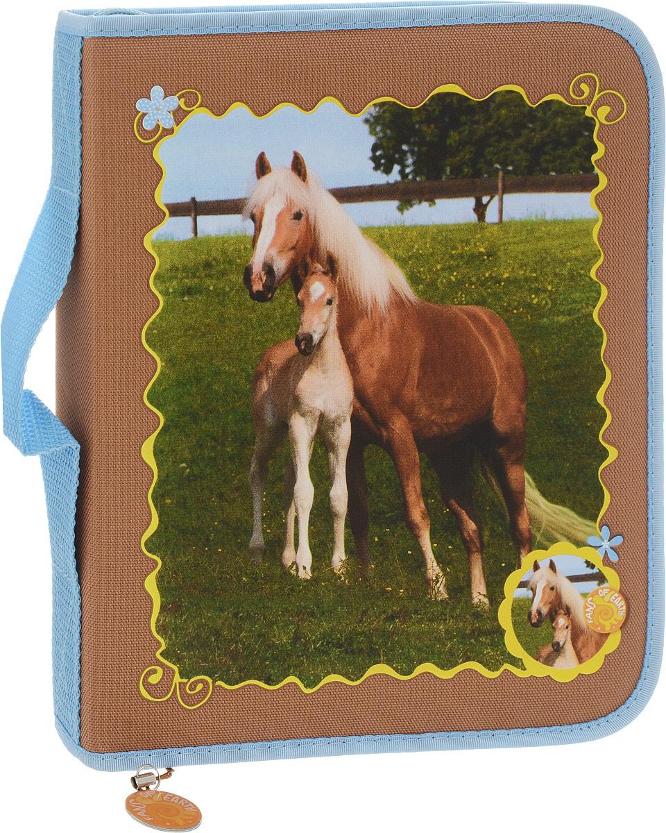 Brunnen Пенал Лошади с наполнением с ручкой 16 предметов72523WDПенал Brunnen Лошади с наполнением - оригинальный спутник творческого ребенка. Основу дизайна составляет изображение лошадей и яркая цветовая гамма, которая не только поднимет настроение в пасмурный день, но и послужит отличным источником вдохновения. За прочной молнией скрывается вместительное отделение, в котором уже есть десять заточенных цветных карандашей, ластик, точилка и линейка на семнадцать сантиметров. Но главной изюминкой набора является блокнот с листами формата A5. Он легко фиксируется на крышке при помощи специальной резинки, а твердая подложка позволит без проблем рисовать в любом месте, где находится владелец. Пенал Brunnen Лошади можно взять с собой благодаря удобной ручке.