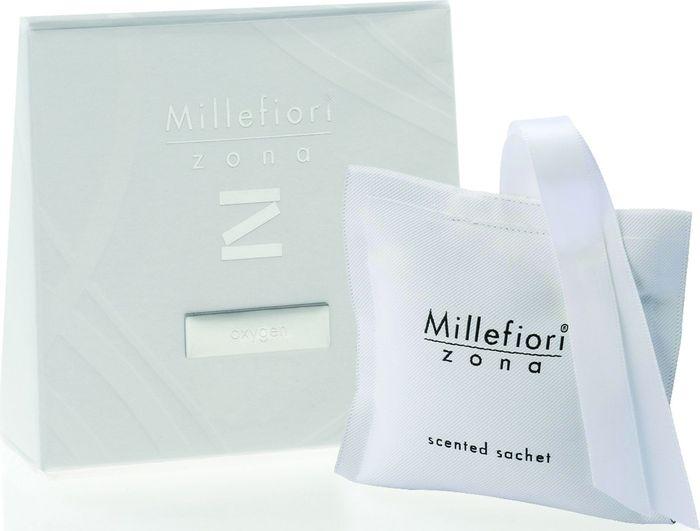 Саше Millefiori Milano Zona Воздух / Oxygen41SQOXСаше Millefiori Milano Zona наполнит ваш дом неповторимым ароматом. Ароматизатор произведен из натуральных компонентов и является образцом качественного и безопасного продукта. Ароматические саше - это маленькие мешочки из двухсторонней ткани, которые легко подвесить и окутать все вокруг приятном ощущением свежести. Millefiori придает аромат вашей одежде даже в ящиках и шкафах. Приятный и мягкий аромат останется на вашей одежде в течение 2-3 месяцев.Описание ароматической композиции: свежие ноты сосновых колючек и лимонных корок.Базовые ноты: Лилла, Кедровые листья, Лимонные корки.Средние ноты: Бурбонская герань, Морские водоросли, Кардамон, Гвоздика, Листья фиалки, Голубой гиацинт, Почки черной смородины.Верхние ноты: Белый мускус, Серая амбра, Жженый солод.Товар сертифицирован.