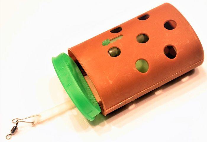Кормушка пластиковая Stonfo, цвет: коричневый, 30 г. 178MABLSEH10001Полипропиленовая кормушка с утяжелителем, кормушка оснащена дверцей, которую можно открывать и закрывать при необходимости. Предназначена для использования прикорма с живыми насадками, которые в последствии выползают через открывающиеся отверстия.