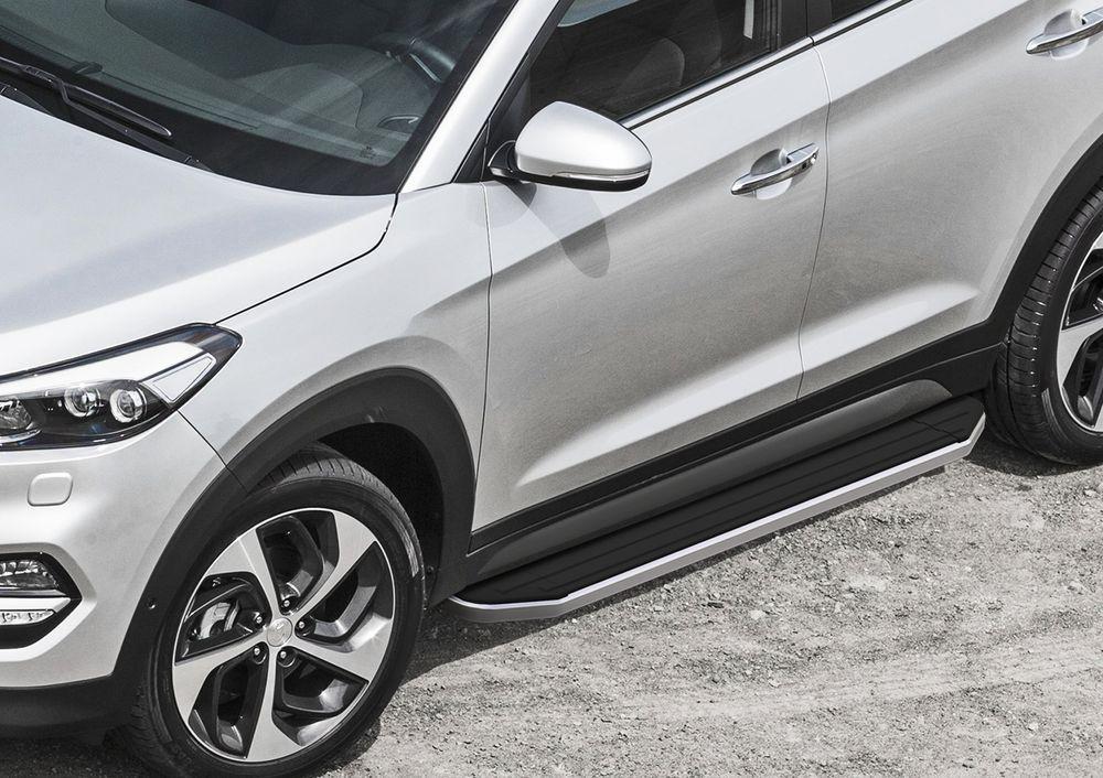 Пороги Rival, для Hyundai Tucson 2015-, 173 см, 2 шт. A173ALP.2309.1NPRELOG013Надежные пороги Rival обеспечивают удобство посадки в автомобиль водителю и пассажирам(в особенности детям), дополняют экстерьер автомобиля, придавая ему стильность и индивидуальность. Основное преимущество порогов Rival - наличие силовых кронштейнов, которые позволяют порогу выдерживать динамическую нагрузку до 300 кг, без повреждений конструкции.- Алюминиевая основа не поддается коррозии, обеспечивает легкость и прочность.- Накладка порога из прорезиненного пластика (возможен выбор дизайна) препятствует скольжению.- Препятствует повреждению боковых поверхностей автомобиля.- Установка в штатные места крепления не требует сверления и дополнительной доработки автомобиля.- Сохранение дорожного просвета (клиренса).-Возможность регулировки порогов при установке на автомобиле.-В комплекте стальной крепеж (толщина 5 мм) и инструкция по установке.Совместимость с дополнительным оборудованием и аксессуарами Rival и с большинством оригинальных аксессуаров.