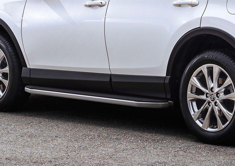 Пороги Rival, для Toyota Rav 4 2013-2015-, 173 см, 2 шт. A173ALP.5705.3DW90Надежные пороги Rival обеспечивают удобство посадки в автомобиль водителю и пассажирам(в особенности детям), дополняют экстерьер автомобиля, придавая ему стильность и индивидуальность. Основное преимущество порогов Rival - наличие силовых кронштейнов, которые позволяют порогу выдерживать динамическую нагрузку до 300 кг, без повреждений конструкции.- Алюминиевая основа не поддается коррозии, обеспечивает легкость и прочность.- Накладка порога из прорезиненного пластика (возможен выбор дизайна) препятствует скольжению.- Препятствует повреждению боковых поверхностей автомобиля.- Установка в штатные места крепления не требует сверления и дополнительной доработки автомобиля.- Сохранение дорожного просвета (клиренса).-Возможность регулировки порогов при установке на автомобиле.-В комплекте стальной крепеж (толщина 5 мм) и инструкция по установке.Совместимость с дополнительным оборудованием и аксессуарами Rival и с большинством оригинальных аксессуаров.