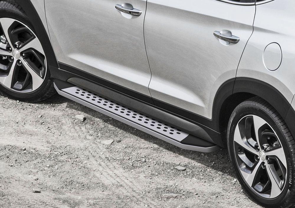 Пороги Rival Bmw-Style, для Hyundai Tucson 2015-/Kia Sportage 2015-, 173 см, 2 шт. B173AL.2309.1VCA-00Надежные пороги Rival обеспечивают удобство посадки в автомобиль водителю и пассажирам(в особенности детям), дополняют экстерьер автомобиля, придавая ему стильность и индивидуальность. Основное преимущество порогов Rival - наличие силовых кронштейнов, которые позволяют порогу выдерживать динамическую нагрузку до 300 кг, без повреждений конструкции.- Алюминиевая основа не поддается коррозии, обеспечивает легкость и прочность.- Накладка порога из прорезиненного пластика (возможен выбор дизайна) препятствует скольжению.- Препятствует повреждению боковых поверхностей автомобиля.- Установка в штатные места крепления не требует сверления и дополнительной доработки автомобиля.- Сохранение дорожного просвета (клиренса).-Возможность регулировки порогов при установке на автомобиле.-В комплекте стальной крепеж (толщина 5 мм) и инструкция по установке.Совместимость с дополнительным оборудованием и аксессуарами Rival и с большинством оригинальных аксессуаров.