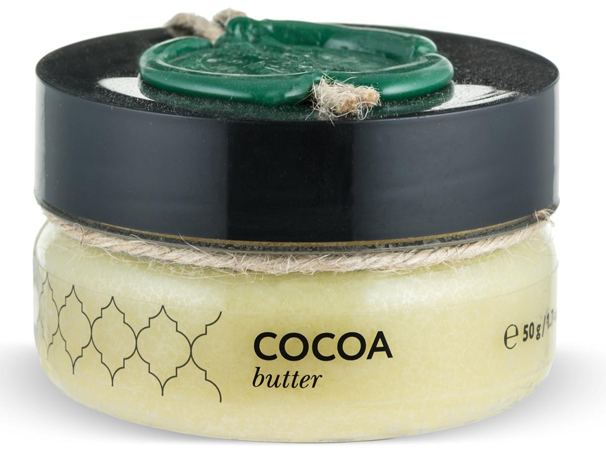 Huilargan Какао масло, баттер 50 г66-Ф-108Какао-масло - это базовое масло, получаемый из зерен плодов шоколадного дерева. Это сбалансированный натуральный продукт, оказывающий лечебное действие на весь организм. Его главная отличительная черта заключается в содержании антиоксидантных веществ, способных стимулировать иммунную систему. Большая концентрация олеиновой кислоты позволяет восстанавливать утраченные функции стенок сосудов, повышает их эластичность, уменьшает количество холестерина и полностью очищает кровь, а также нормализует барьерные функции эпидермиса кожи. Масло какао содержит пальминтовую кислоту, что позволяет ему проявлять липофильные свойства, усиливать глубокое проникновение полезных веществ. Токоферолы натуральный витамин F, обладают свойствами увлажнения, повышают выработку коллагена.МАСЛО КАКАО ПРИМЕНЕНИЕОно способно сокращать трансэпидермальную потерю влаги (ТЭПВ), покрывать кожу защитной водонепроницаемой пленкой и удерживать влагу в эпидермисе, поэтому особенно полезно его применять при сухой, обветренной, дряблой и стареющей коже.• Оно входит в состав косметических средств для ухода за кожей лица и шеи, декольте, губами, руками.• Масло какао способно регенерировать клетки кожи.• Масло какао обладает защитными свойствами, поэтому может применяться для защиты кожи во время низких температур зимой.• Масло какао обладает высоким смягчающим действием, а также является лубрикантом, усиливая скользящий эффект масел при нанесении их на кожу.• Масло какао, за счет содержания кофеина, применяется для профилактики растяжек кожи и повышения ее упругости.• Масло какао способно усиливать выработку загара, поэтому его можно добавлять в лосьоны для загара