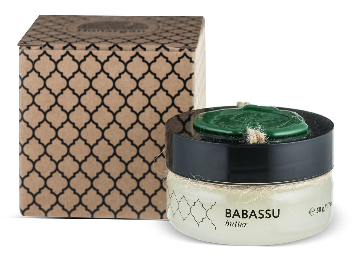 Huilargan Бабассу масло, баттер, 50 гJA0004Масло бабассу – настоящая находка для всех, кто страдает отизлишней сухости кожи, волос и губ.Рекомендуем масло бабассу для ухода за изможденной,шелушащейся кожей, страдающей недостаточным увлажнением.Кроме того, оно помогает заметно омолодить кожу, тронутуюпервыми признаками старения, которая уже начала терять своюэластичность и упругость. Масло бабассу превосходноразглаживает кожу, практически уничтожая морщины. Онопридает коже сияющий, здоровый вид и естественный блескМасло бабассу является прекрасным эмолентом и хорошораспределяется по коже, быстро впитывается и не оставляетжирного блеска и ощущения жирности. При нанесении на кожупридает последней мягкость и шелковистость, успокаивает изащищает, предотвращает обезвоживание кожи, делает ееэластичной. Смягчает, защищает волосы, улучшает структуруповрежденных волос.Благодаря токотриенолам обладает антиоксидантным иантивозрастным действием.Масло бабассу содержит высокую долю лауриновой кислоты,которая обладает антимикробным действием.Подходит для всех типов кожи, в том числе чувствительной.Защитное и смягчающее действие благотворно сказывается наповрежденной, обезвоженной, грубой, шелушащейся коже
