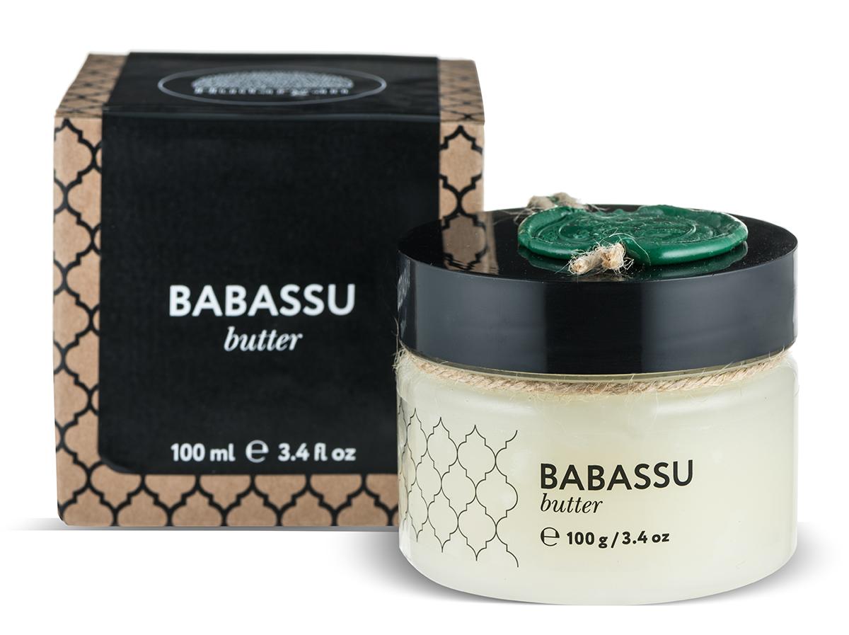 Huilargan Бабассу масло, баттер, 100 гFS-00897Масло бабассу – настоящая находка для всех, кто страдает отизлишней сухости кожи, волос и губ.Рекомендуем масло бабассу для ухода за изможденной,шелушащейся кожей, страдающей недостаточным увлажнением.Кроме того, оно помогает заметно омолодить кожу, тронутуюпервыми признаками старения, которая уже начала терять своюэластичность и упругость. Масло бабассу превосходноразглаживает кожу, практически уничтожая морщины. Онопридает коже сияющий, здоровый вид и естественный блескМасло бабассу является прекрасным эмолентом и хорошораспределяется по коже, быстро впитывается и не оставляетжирного блеска и ощущения жирности. При нанесении на кожупридает последней мягкость и шелковистость, успокаивает изащищает, предотвращает обезвоживание кожи, делает ееэластичной. Смягчает, защищает волосы, улучшает структуруповрежденных волос.Благодаря токотриенолам обладает антиоксидантным иантивозрастным действием.Масло бабассу содержит высокую долю лауриновой кислоты,которая обладает антимикробным действием.Подходит для всех типов кожи, в том числе чувствительной.Защитное и смягчающее действие благотворно сказывается наповрежденной, обезвоженной, грубой, шелушащейся коже