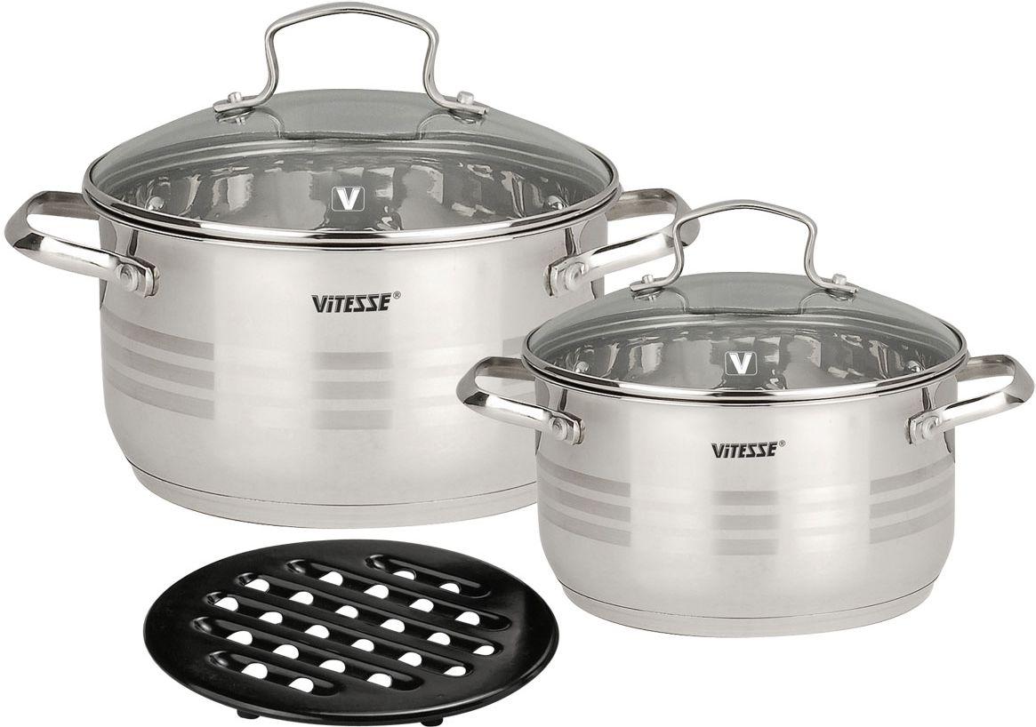 Набор посуды Vitesse Cinderella, 5 предметов8DT135SНабор посуды Vitesse Cinderella прекрасно подойдет для вашей кухни. Он состоит из двух кастрюль с крышками вместительностью 2,6 л, 3,6 л и подставки под горячее. Предметы набора изготовлены из высококачественной нержавеющей стали 18/10 с зеркальной полировкой. Они оснащены 5 слойным капсулированным дном с прослойкой из алюминия, которое обеспечивает наилучшее распределение тепла по поверхности посуды. Кастрюли имеют на внутренней стенке шкалу литража.Ручки из нержавеющей стали надежно крепятся к корпусу емкостей при помощи заклепок. Крышки выполнены из термостойкого стекла и позволяют следить за процессом приготовления пищи. Они оснащены отверстием для выхода пара и металлическим ободом по краю, который позволит предотвратить сколы стекла. Подставка под горячее изготовлена из бакелита черного цвета.Посуду можно использовать на всех типах плит, включая индукционные. Также изделия можно мыть в посудомоечной машине. Характеристики: Материал: нержавеющая сталь 18/10, бакелит. Диаметр кастрюли объемом 2,6 л:19 см. Высота стенок кастрюли объемом 2,6 л:10,5 см. Диаметр кастрюли объемом 3,6 л:21 см. Высота стенок кастрюли объемом 3,6 л:11,5 см. Диаметр подставки:17 см. Размер упаковки:25 см х 22 см х 23 см.Изготовитель:Китай. Артикул:VS-1021.Кухонная посуда марки Vitesseиз нержавеющей стали 18/10 предоставит вам все необходимое для получения удовольствия от приготовления пищи и принесет радость от его результатов. Посуда Vitesse обладает выдающимися функциональными свойствами. Легкие в уходе кастрюли и сковородки имеют плотно закрывающиеся крышки, которые дают возможность готовить с малым количеством воды и экономией энергии, и идеально подходят для всех видов плит: газовых, электрических, стеклокерамических и индукционных. Конструкция дна посуды гарантирует быстрое поглощение тепла, его равномерное распределение и сохранение. Великолепно отполированная поверхность, а также многочисленные конструктивные новшества, заложенны