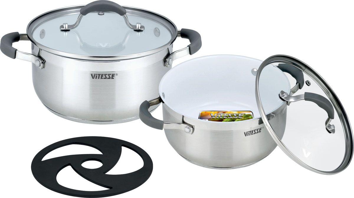 Набор посуды Vitesse, с керамическим покрытием, 5 предметов. VS-2009VS-2009Набор посуды Vitesse состоит из двух кастрюль с крышками и бакелитовой подставки. Кастрюли выполнены из высококачественной нержавеющей стали 18/10. Комбинация зеркальной и матовой полировки внешних стенок придает изделиям безупречный внешний вид. Многослойное термоаккумулирующее дно с прослойкой из алюминия обеспечивает равномерное распределение тепла. Изделия имеют внутреннее антипригарное керамическое покрытие Eco-Cera белого цвета. Оно абсолютно безопасно для здоровья человека и окружающей среды, так как не содержит вредной примеси PFOA и имеет низкое содержание CO в выбросах при производстве. Керамическое покрытие обладает высокой прочностью, что позволяет готовить при температуре до 450°С и использовать металлические лопатки. Кроме того, с таким покрытием пища не пригорает и не прилипает к стенкам. Готовить можно с минимальным количеством подсолнечного масла. Эргономичные ручки изготовлены из нержавеющей стали с силиконовым покрытием серого цвета. Края кастрюль изогнуты, что облегчает слив жидкости. Крышка, выполненная из жаропрочного стекла, имеет удобную ручку, металлический обод и отверстие для выпуска пара. Благодаря такой крышке можно следить за приготовлением блюд без потери тепла.Можно использовать на газовых, электрических, стеклокерамических, галогенных, чугунных, индукционных плитах. Можно мыть в посудомоечной машине. Характеристики:Материал: нержавеющая сталь 18/10, стекло, силикон. Цвет: серебристый, белый. Диаметр кастрюль: 18 см, 20 см. Объем: 2,3 л, 3,1 л. Высота стенки: 9,5 см, 10,5 см. Диаметр дна: 15,5 см, 17,5 см. Толщина стенки: 2,5 мм. Толщина дна: 4 мм. Диаметр подставки: 16 см.