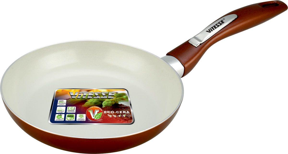 Сковорода Vitesse Le Grande, с керамическим покрытием, цвет: коричневый. Диаметр 24 см. VS-223354 009312Сковорода Vitesse Le Grande изготовлена из высококачественного алюминия с внутренним керамическим покрытием премиум-класса Eco-Cera. Благодаря керамическому покрытию пища не пригорает и не прилипает к поверхности сковороды, что позволяет готовить с минимальным количеством масла. Кроме того, такое покрытие абсолютно безопасно для здоровья человека, так как не содержит вредной примеси PFOA. Покрытие стойко к высоким температурам (до 450°С), устойчиво к царапинам.Внешнее силиконовое покрытие коричневого цвета обеспечивает легкую чистку. Дно сковороды снабжено антидеформационным индукционным диском. Сковорода быстро разогревается, распределяя тепло по всей поверхности, что позволяет готовить в энергосберегающем режиме, значительно сокращая время, проведенное у плиты.Сковорода оснащена бакелитовой, высокопрочной, огнестойкой, ненагревающейся ручкой удобной формы. Сковорода пригодна для использования на всех типах плит, включая индукционные. Подходит для чистки в посудомоечной машине. Характеристики:Материал: алюминий, бакелит. Цвет: коричневый. Внутренний диаметр сковороды: 24 см. Высота стенки сковороды: 4,5 см. Толщина стенки: 2,8 мм. Толщина дна: 5 мм. Длина ручки: 18 см. Диаметр индукционного диска: 17,5 см.