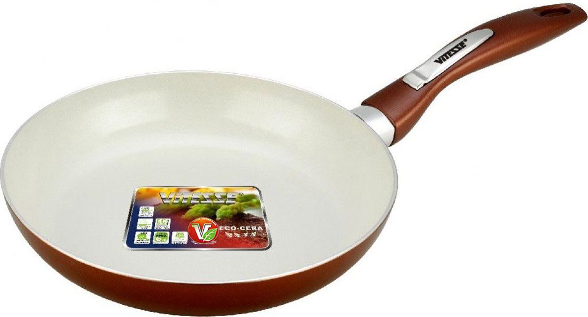 Сковорода Vitesse Le Grande, с керамическим покрытием, цвет: коричневый. Диаметр 26 см. VS-224954 009312Сковорода Vitesse Le Grande изготовлена из высококачественного алюминия с внутренним керамическим покрытием премиум-класса Eco-Cera. Благодаря керамическому покрытию пища не пригорает и не прилипает к поверхности сковороды, что позволяет готовить с минимальным количеством масла. Кроме того, такое покрытие абсолютно безопасно для здоровья человека, так как не содержит вредной примеси PFOA. Покрытие стойко к высоким температурам (до 450 °С), устойчиво к царапинам. Внешнее силиконовое покрытие обеспечивает легкую чистку. Дно сковороды снабжено антидеформационным индукционным диском. Сковорода быстро разогревается, распределяя тепло по всей поверхности, что позволяет готовить в энергосберегающем режиме, значительно сокращая время, проведенное у плиты. Сковорода оснащена бакелитовой, высокопрочной, огнестойкой, не нагревающейся ручкой удобной формы. Сковорода пригодна для использования на всех типах плит, включая индукционные. Подходит для чистки в посудомоечной машине.Высота стенки сковороды: 4,5 см.Высота стенок: 4,5 см.Толщина стенки: 2,8 мм.Толщина дна: 5 мм.Длина ручки: 19 см.Диаметр индукционного диска: 20 см.