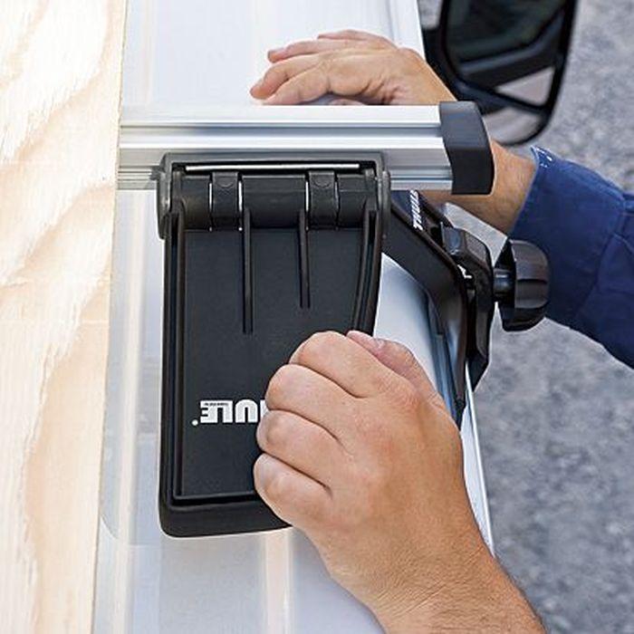 Фиксатор грузовой Thule Fold Down Load Stop, для аэродинамических дуг с функцией наклона. 315315Thule Fold Down Load Stop - уникальный, запатентованный грузовой упор, который легко складывается при погрузке, разгрузке и хранении.Особенности:- Механизм наклона обеспечивает простую боковую регулировку - при складывании вверх груз прочно удерживается на месте.- Максимальные эксплуатационные характеристики обеспечиваются простой установкой и регулировкой в зависимости от типа и ширины груза.- Рекомендуется установка на заднюю Т-образную направляющую рейлинга типа Thule Heavy-Duty.