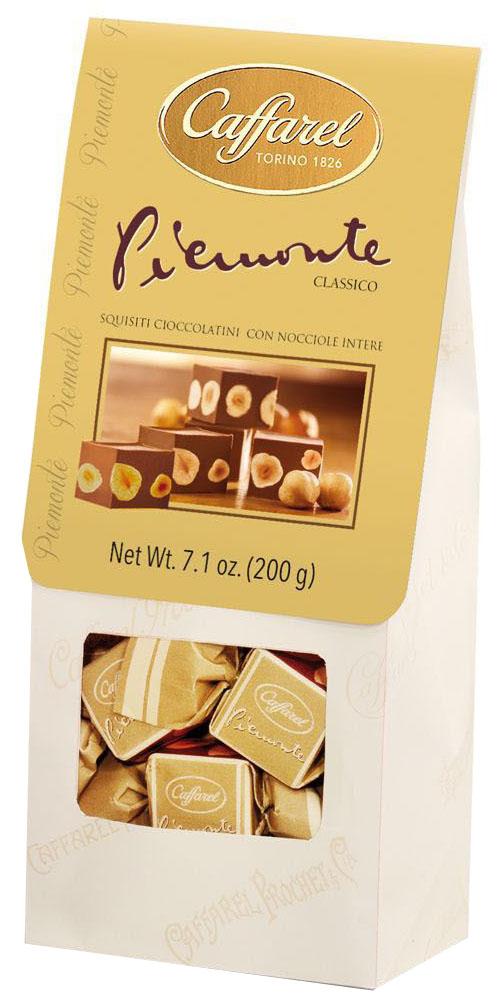 Caffarel Piemonte конфеты из молочного шоколада с шоколадной пастой джандуйа с цельным лесным орехом, 200 г0120710Роскошные конфеты из молочного шоколада Piemonte с шоколадной пастой Джандуйа с цельным лесным орехом обладают приятным вкусом и приятной хрустящей текстурой. Великолепный подарок к любому случаю.Компания Caffarel, расположенная в Турине, пользуется бесспорной репутацией лидера на итальянском шоколадном рынке. История компании началась с того, что в конце 18 века сеньор Доре Бозелл изобрел машину по измельчению и смешиванию какао-бобов. В 1826 году Пьер Поль Каффарель приобрел это изобретение для своей шоколадной мастерской на улице Балбис в Сан-Донато, в Турине. Вскоре компания Caffarel выпускает свою визитную карточку - конфеты Джандуйа. Около 30 процентов этой конфеты состояло из перемолотых лесных орехов. Свое название конфеты получили по имени карнавального персонажа-марионетки Джандуйа (GIANDUJA), олицетворяющего образ коренного жителя Пьемонта - итальянской области. Форма конфет так же была связанна с куклой, в основу конфет была положена треугольная шляпа персонажа.В 1865 году во время карнавала Каффарель угощал всех желающих своим новым изобретением от лица куклы Джандуйа. Конфеты пришлись по вкусу всем участникам карнавала, а начинка из перемолотых орехов вскоре получила имя - пралине.