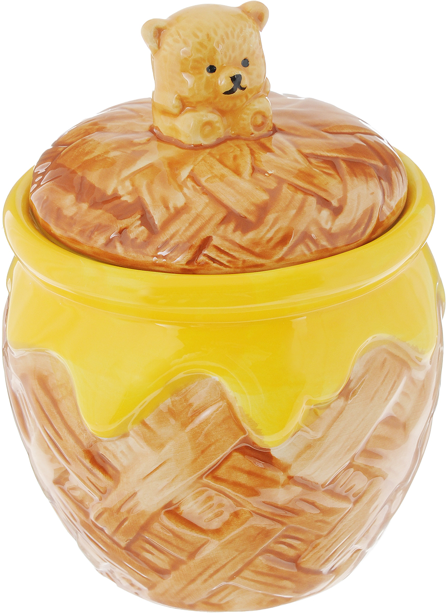 Горшочек для меда Elan Gallery Мишка косолапый, 600 млMCH-01Горшочек для меда Elan Gallery Мишка косолапый, изготовленный извысококачественной керамики, украсит вашу кухню, особенно на даче. Благодарясъемной силиконовой прокладке на крышке горшочек плотно закрывается. Можноиспользовать для сыпучих продуктов - соли и сахара. Диаметр (по верхнему краю): 10,5 см.Высота (с учетом крышки): 10 см.
