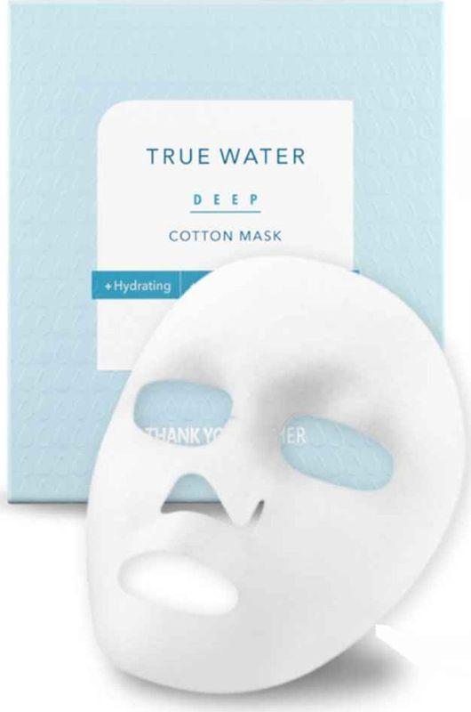 Thank You Farmer Тканевая маска с глубоким увлажняющим эффектом, 25 млTYF08Thank You Farmer True Water Deep Cotton Mask - уплотненная хлопковая маска, которая выгодно отличается от более дешевых тканевых масок тем, что активные вещества меньше испаряются с поверхности маски, а значит больше достается коже.Тестирование показало: в 2 раза увеличивает количество влаги в коже. 3 в 1: увлажняет, разглаживает мелкие морщинки, освежает и выравнивает цвет лица.- рекомендована для кожи, которая страдает сухостью, потерей здорового цвета, шелушением;- преображает кожу перед выходом в свет, нелипкая текстура позволяет наносить макияж сразу после применения маски;- охлаждает и успокаивает прыщики и раздражения;- обязательно возьмите её с собой в отпуск (в любое время года), пригодится на борту самолета, где очень сухой воздух.