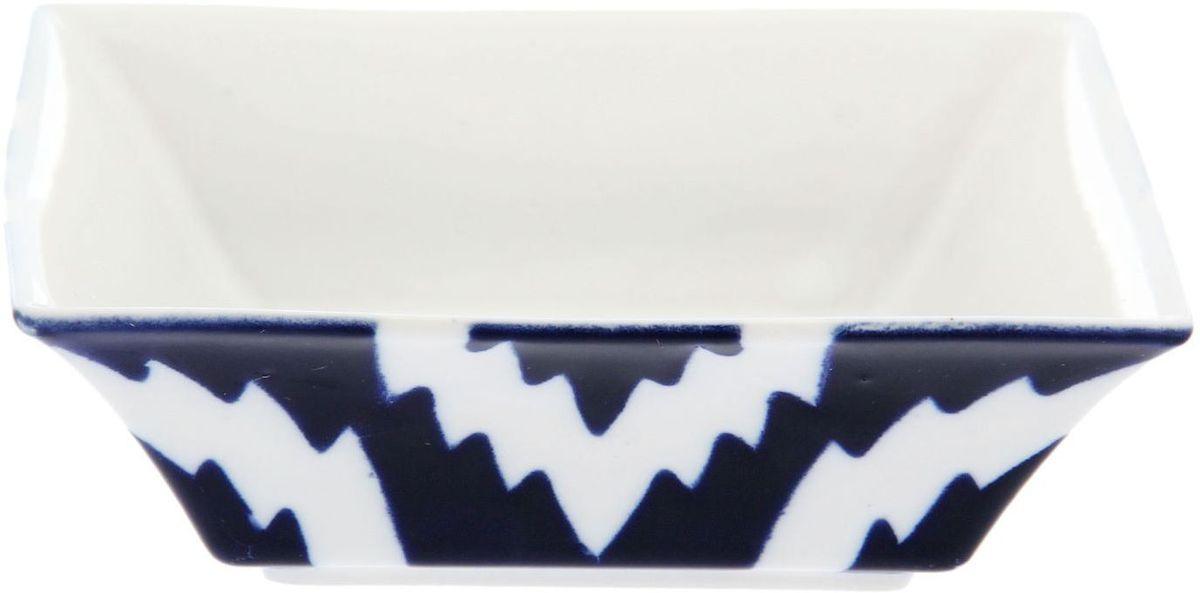 Салатница Turon Porcelain Атлас, цвет: синий, белый, 15,5 х 15,5 см1625397Узбекская посуда известна всему миру уже более тысячи лет. Ей любовались царские особы, на ней подавали еду для шейхов и знатных персон. Формулы красок и глазури передаются из поколения в поколение. По сей день качественные расписные изделия продолжают восхищать совершенством и завораживающей красотой.Данный предмет подойдёт для повседневной и праздничной сервировки. Дополните стол текстилем и салфетками в тон, чтобы получить элегантное убранство с яркими акцентами.Национальная узбекская роспись «Атлас» имеет симметричный геометрический рисунок. Узоры, похожие на листья, выводятся тонкой кистью, фон заливается тёмно-синим кобальтом. Синий краситель при обжиге слегка растекается и придаёт контуру изображений голубой оттенок. Густая глазурь наносится толстым слоем, благодаря чему рисунок мерцает.