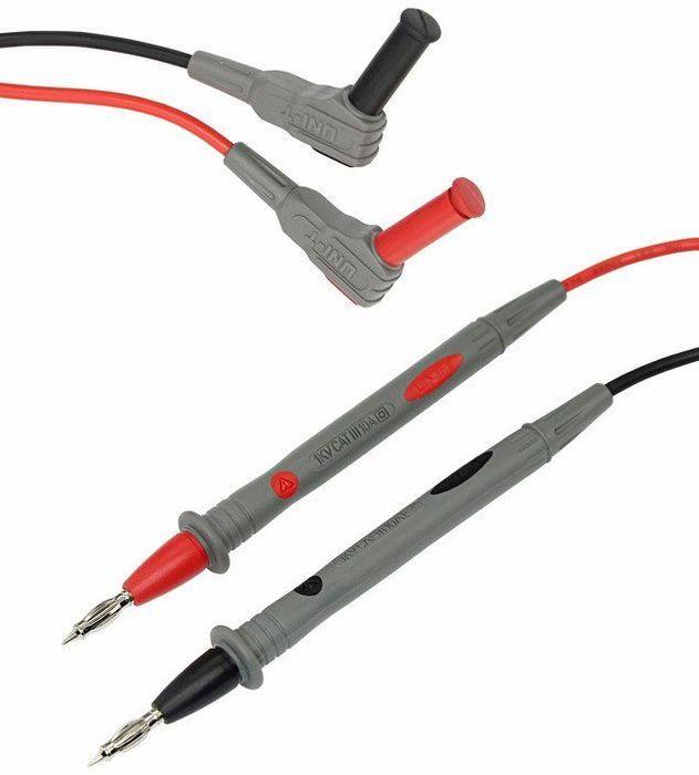 Щуп тестера Unit UT-L1313-1220Щупы для тестера и токовых клещей. Щупы подсоединяются к гнездам мультиметра. Щупы для удобства имеют разные цвета; черный и белый. Как правило черный щуп подключается на общее гнездо, а красный на гнезда +. Клеммы, провода и ручки щупов надежно изолированы от поражения электротоком. Для удобства работы металлические концы щупов заострены. Тестирование произведено под контролем компании REXANT INTERNATIONAL. Класс защиты от перенапряжения: Категория 3 до 1000В.