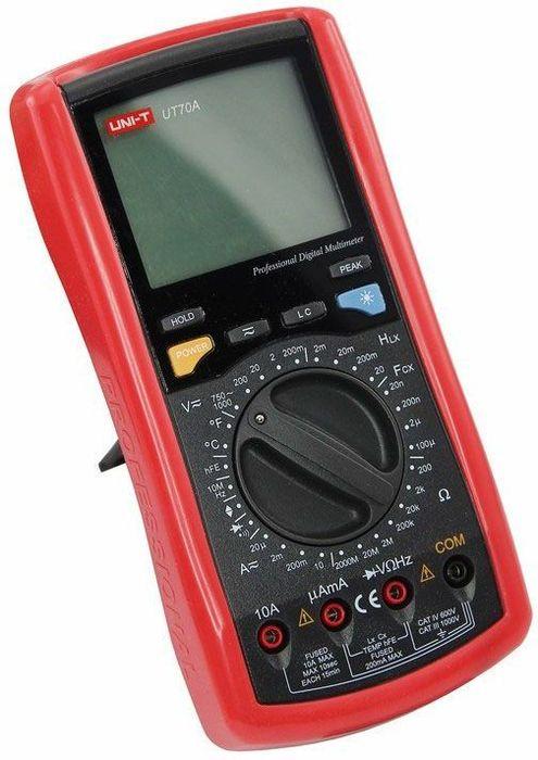 Профессиональный мультиметр Unit UT70A13-1015UT70A - это профессиональный мультиметр с современный и эргономичным дизайном. Предназначен прибор, для измерений постоянного и переменного напряжения, сопротивления, постоянного и переменного тока. Кроме того он имеет функции измерения электрической емкости, индуктивности, температуры и частоты, а так же с его помощью вы сможете тестировать диоды, транзисторы и проводить прозвонку целостности цепи. В UT70A задействовано множество интегральных схем с аналого-цифровым преобразователем и это гарантирует высочайшую точность измерений при низком энергопотреблении. Мультиметр оснащен высокой степенью защиты от перегрузок. Широкий функционал UT70A позволяет обходиться без других вспомогательных устройств. Прибор оснащен функцией Data hold, и зафиксировав результат измерений, вы в любое время сможете считать полученный значение. Прибор изготовлен из высококачественных материалов. Калибровка и тестирование приборов произведено под контролем компании REXANT INTERNATIONAL. Инженеры старались сделать прибор максимально удобным для использования, и все переключения удобно производить даже одной рукой, но несмотря на это у прибора усиленный поворотный регулятор, благодаря которому исключается возможность случайного нажатия. Мультиметр снабжен подставкой, которая позволяет разместить прибор на любой плоской поверхности. Изделие комплектуется специальным чехлом, который защитит прибор от внешних механических повреждений. Кроме того в чехле имеются держатели щупов, которые сделают работу с мультиметром более удобной и безопасной. Дисплей прибора оснащен подсветкой, которая позволяет проводить измерения даже в слабоосвещенных местах.Характеристики:Постоянное напряжение: 200мВ/2В/20В/200В/1000В (0,5%+1)Переменное напряжение: 200мВ/2В/20В/200В/750В (0,8%+3)Постоянный ток: 20мА/2мА/200мА/10А (0,8%+1)Переменный ток: 20мА/2мА/200мА/10А (1%+3)Сопротивление: 200Ом/2кОм/20кОм/200кОм/2МОм/20МОм/2000Мом (0,8%+1)Емкость: 20нФ/200нФ/2мкФ/100мкФ (2,5%