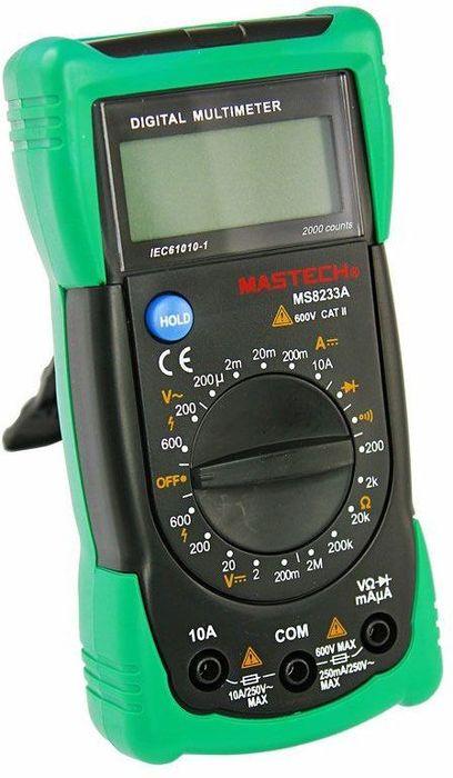 Универсальный мультиметр Mastech MS8233A13-2014Мульти?метр —электроизмерительный прибор который включает в себя несколько функций и набор измеряемых параметров. Все приборы серии MS8233 измеряют постоянное и переменное напряжение, а так же постоянный ток и сопротивление в цепи. А так же с помощью данного прибора можно проводить тестирование диодов и осуществлять прозвонку целостности цепи. Прибор MS8233A является портативным мультиметром, компактные размеры позволяют всегда носить его с собой. Но, несмотря на малые размеры, данный мультиметр обладает широким функционалом и это выгодно отличает его от других. Прибор имеет функцию удержания результата измерений Data hold, для тех случаев, когда измерения проводятся в труднодоступных местах и не всегда есть возможность взглянуть на экран. Инженеры старались сделать прибор максимально удобным для использования. Выбор измеряемых величин и пределов измерений производиться с помощью усиленного поворотного регулятора, благодаря которому исключается возможность случайного нажатия. Прибор изготовлен из высококачественных материалов, калибровка и тестирование приборов произведено под контролем компании REXANT INTERNATIONAL.Характеристики:Постоянное напряжение: 200mВ/2В/20м/200В (±0,5%+3), 600В (±0,8%+3)Переменное напряжение: 200В/600В (±1,2%+10)Постоянный ток: 200мкА/2мА/20мА/200мА (±1,0%+3), 10A (±3,0%+5)Сопротивление: 200Ом/2КОм/20КОм/200Ком/2МОм (±0,8%+4)4х разрядный дисплей Ручной выбор предела измеренийТестирование диодовПрозвонка целостности цепиРежим удержания измерений Data holdИмпеданс: <50ОмРазмер (мм): 145*73*45Тип батареи: 9В Крона
