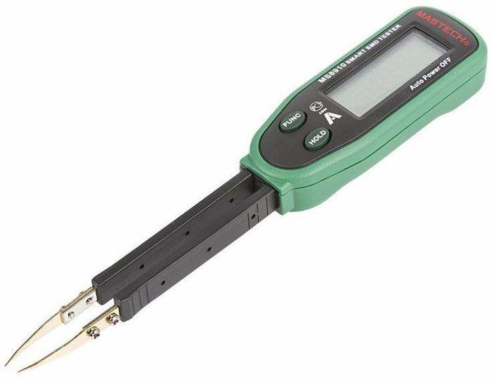 Мультиметр для чип-компонентов Mastech MS891013-2048Измерительный прибор MS8910 предназначен для проверки сопротивления и емкости SMD компонентов, а так же для проверки целостности цепи и тестировании диодов. Чип компоненты или (SMD) очень маленькие по размеру и проверять их обычным мультиметром со стандартными щупами не очень удобно, так как размер наконечников щупов зачастую сопоставим с размерами тестируемого компонента. Для этих целей лучше всего и подходит MS8910. Он выполнен в компактном корпусе в виде пинцета, что значительно упрощает работу при тестировании SMD компонентов. Прибор прост в применении и не требует дополнительных знаний или навыков для работы с ним. Выбор пределов измерения производится автоматически, нужно лишь выбрать с помощью кнопки FUNC что измерять: емкость или сопротивление. Измерительные щупы очень тонкие специально спроектированы для удобного использования при тестировании ЧИП элементов, которые можно заменить на запасные в случае поломки. Питание прибора производится от 3-х вольтовой дисковой батарейки CR2032. Прибор поставляется в комплекте с пластиковым кейсом Характеристики: Автоматическое определение типа компонента (резистор, емкость, диод)Автоматический выбор пределов измеренийВозможность ручного выбора функция и пределов измеренийРазрядность шкалы дисплея: 3000 отсчетовСопротивление:300 Ом … 30 МОм, базовая погрешность ±1% ±2 единицы счетаЕмкость конденсаторов: 3нФ … 30 мФ, базовая погрешность ±2,5% ±3 единицы счетаЗвуковая прозвонка: сигнал при сопротивлении менее ~30 ОмТест диодовФиксация показаний дисплея (HOLD)Автоматическое отключение питания: после 10 минут простояИндикация перегрузки: символ «OL» на ЖК-дисплееИндикатор разряда батарейДиапазон рабочих температур: 0°С... +40°С Диапазон температур хранения: -10°С... +50°С Питание: батарея 1 шт. х 3 В тип CR2032Комплект поставки: прибор, футляр, запасные контакты – 2шт, батарея, инструкция по эксплуатацииРазмеры: 170 х 31 х 17 ммМасса: 49 гМасса с упаковкой: 150 г