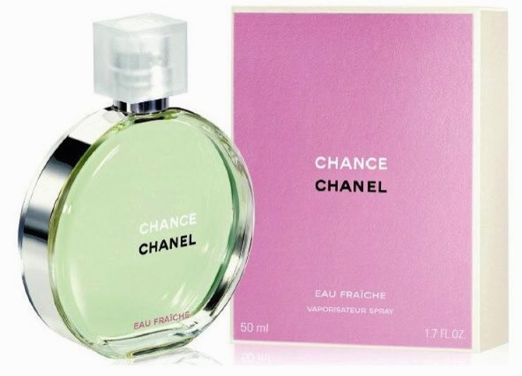 Chanel Chance Eau Fraiche Туалетная вода, 50 мл10239Туалетная вода Chance Eau Tendre — это роскошная фруктово-цветочная композиция, наполненная безграничной нежностью, сдержанностью и деликатностью. Созданная легендарным парфюмером Жаком Польжем в 2010 году, она является еще одной интерпретацией классического аромата Chance от Chanel. В отличие от своего предшественника, она идеально подходит для повседневного использования в летний период, когда ее утонченный запах наиболее гармонично вписывается в превосходную картину расцветающей природы.Весь смысл туалетной воды Chance Eau Tendre передан в рекламной кампании этого аромата. Обнаженная красавица-модель Сигрид Агрен, тело которой украшено благоухающими весенними цветами, с любовью обнимает огромный флакон. Этот невероятно красивый жест, выраженный в сдержанной форме, показывает, что с помощью одного лишь аромата женщины могут создать удивительно утонченный образ, великолепие и изысканность которого наилучшим образом подчеркнут ноты жасмина, ириса и гиацинта, заключенные в Chance Eau Tendre.Аромат туалетной воды Chance Eau Tendre является лучшим спутником молодых девушек, всегда использующих свою загадочную силу обольщения. Этот мягкий, наполненный спокойным очарованием запах, отлично дополнит их естественное обаяние деликатным шармом, который лишь усилит привлекательность и соблазнительность столь кокетливых особ.