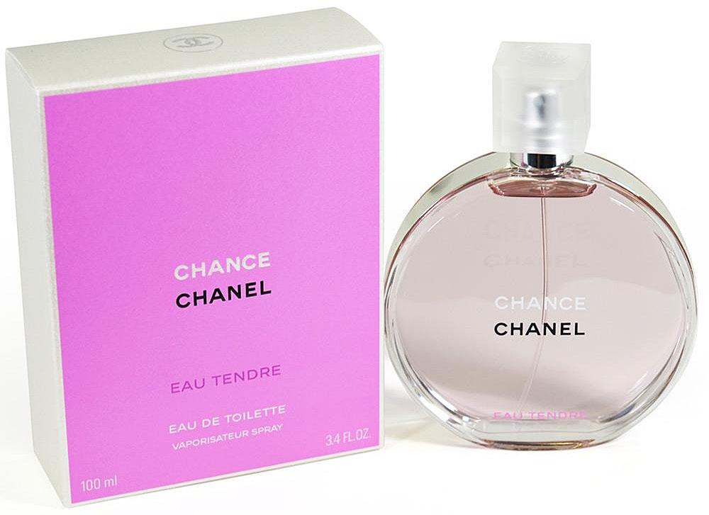Chanel Chance Eau Tendre Туалетная вода, 100 мл942851Туалетная вода Chance Eau Tendre — это роскошная фруктово-цветочная композиция, наполненная безграничной нежностью, сдержанностью и деликатностью. Созданная легендарным парфюмером Жаком Польжем в 2010 году, она является еще одной интерпретацией классического аромата Chance от Chanel. В отличие от своего предшественника, она идеально подходит для повседневного использования в летний период, когда ее утонченный запах наиболее гармонично вписывается в превосходную картину расцветающей природы.Весь смысл туалетной воды Chance Eau Tendre передан в рекламной кампании этого аромата. Обнаженная красавица-модель Сигрид Агрен, тело которой украшено благоухающими весенними цветами, с любовью обнимает огромный флакон. Этот невероятно красивый жест, выраженный в сдержанной форме, показывает, что с помощью одного лишь аромата женщины могут создать удивительно утонченный образ, великолепие и изысканность которого наилучшим образом подчеркнут ноты жасмина, ириса и гиацинта, заключенные в Chance Eau Tendre.Аромат туалетной воды Chance Eau Tendre является лучшим спутником молодых девушек, всегда использующих свою загадочную силу обольщения. Этот мягкий, наполненный спокойным очарованием запах, отлично дополнит их естественное обаяние деликатным шармом, который лишь усилит привлекательность и соблазнительность столь кокетливых особ.