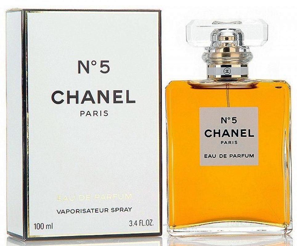 Chanel №5 Парфюмерная вода, 100 мл01945Парфюмерная вода Chanel N°5 обладает более легкой по сравнению с одноименными духами композицией, в состав которой, по различным сведениям, входит от 30 до 200 различных ингредиентов. Свое звучание Шанель N°5 открывает абстрактным сочетанием цитрусово-цветочных нот. Лимон, бергамот, нероли и иланг-иланг, лежащие на кристально чистой подложке из альдегидов, наделяют запах хрупкостью, свежестью и невероятной элегантностью.В сердце парфюмерной воды доминирующие позиции переходят к ландышу, ирису, жасмину, розе и корню ириса. Этот чувственный букет, в котором особенно явно слышится обольстительная пудровость, расстилается по коже своей обладательницы женственной дымкой, в которой хотят забыться многие мужчины.Постепенно растворяясь, душистая симфония перерождается в базовый аккорд, составленный классическими нотами. Амбра, циветта, мускус, ваниль, ветивер, дубовый мох и сандал, смешанные с яркими, необыкновенно притягательными тонами пачули, приносят в парфюмерную воду Chanel N°5 изысканную томность, которой обладают все ароматы бренда.