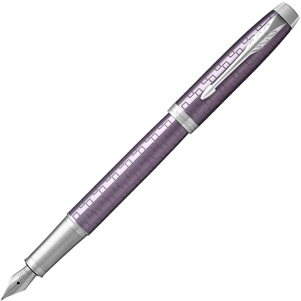Parker Ручка перьевая IM Premium Dark Violet CT4863Материал корпуса: Фиолетовый анодированный алюминий с фирменным рисунком.Покрытие корпуса: Корпус из анодированного алюминия с выгравированными оригинальными графическими узорами, хромовое покрытие.Материал отделки деталей корпуса: Хромированная латунь.Перо: Нержавеющая сталь.Способ подачи стержня: колпачок.Вложение: 1 картридж.Сделано в Китае.Аналог PARKER-S0949760