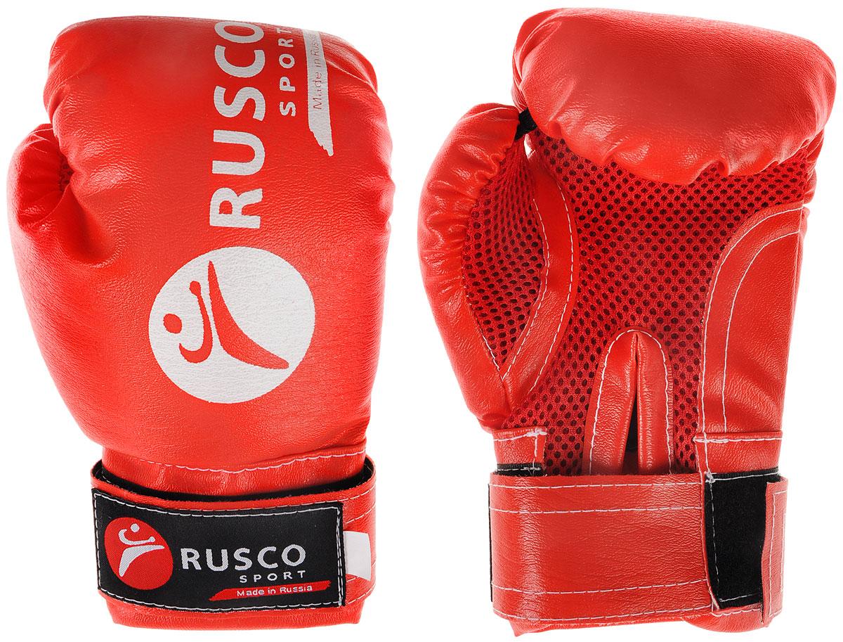 Перчатки боксерские детские Rusco, цвет: красный, белый. Вес 4 унцийУТ-00010471Детские боксерские перчатки Rusco изготовлены в соответствии с физиологическим строением растущей руки ребенка. Верх выполнен из искусственной кожи, наполнитель - из пенополиуретана. Перфорированная поверхность в области ладони позволяет создать максимально комфортный терморежим во время занятий. Широкий ремень, охватывая запястье, полностью оборачивается вокруг манжеты, благодаря чему создается дополнительная защита лучезапястного сустава от травмирования. Застежка на липучке способствует быстрому и удобному одеванию перчаток, плотно фиксирует перчатки на руке.Такие перчатки прекрасно подойдут для будущих чемпионов.