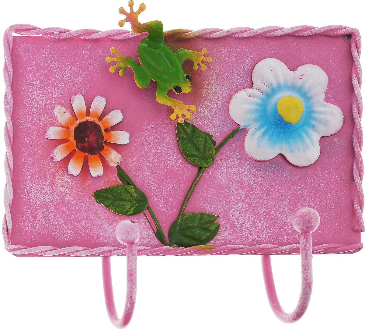 Вешалка-крючок Magic Home, 13,8 х 12,6 смБрелок для ключейНастенная вешалка-крючок Magic Home, изготовленная из жести, имеет 2 крючка и декорирована объемными фигурками в виде цветов и лягушки. Вешалка-крючок идеальна для спальни, прихожей, ванной комнаты. Крепежные элементы для монтажа к стене не входят в комплект.