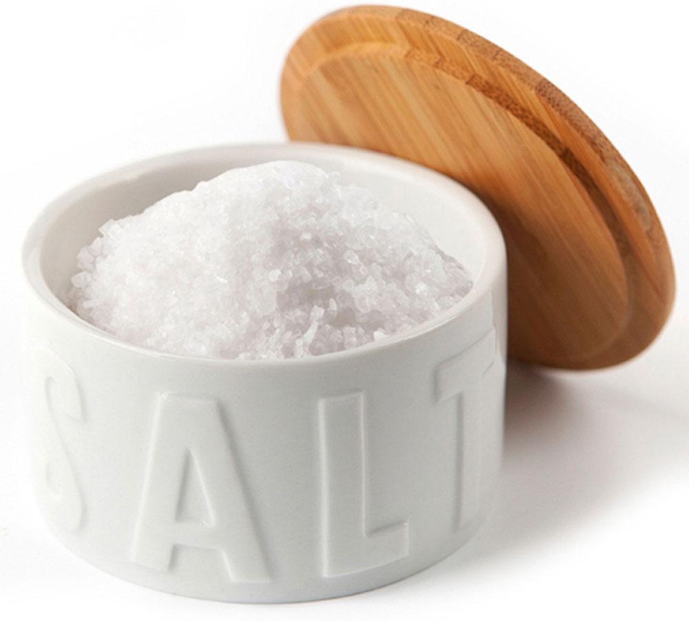 Солонка Balvi Flaky, цвет: белыйFA-5125 WhiteПолезным аксессуаром на вашей кухне станет солонка Flaky. Она изготовлена из белой керамики, которая отлично сочетается с деревянной крышкой. Благодаря крышке соль не отсыреет, в нее не попадет пыль или кусочки еды в процессе готовки. В такую солонку удобно насыпать крупную соль, которую все привыкли использовать в приготовлении первых и вторых блюд. Ведь согласитесь, не очень удобно солить кастрюлю супа солонкой с тремя дырочками, которыми обычно сервируют стол. По периметру солонки объемными буквами написано Salt, что поможет не путаться в многочисленных баночках с приправами.- Имеется крышка, предотвращающее попадание воды- Удобно пользоваться при приготовлении блюд в больших объемах- Принт Salt по периметру