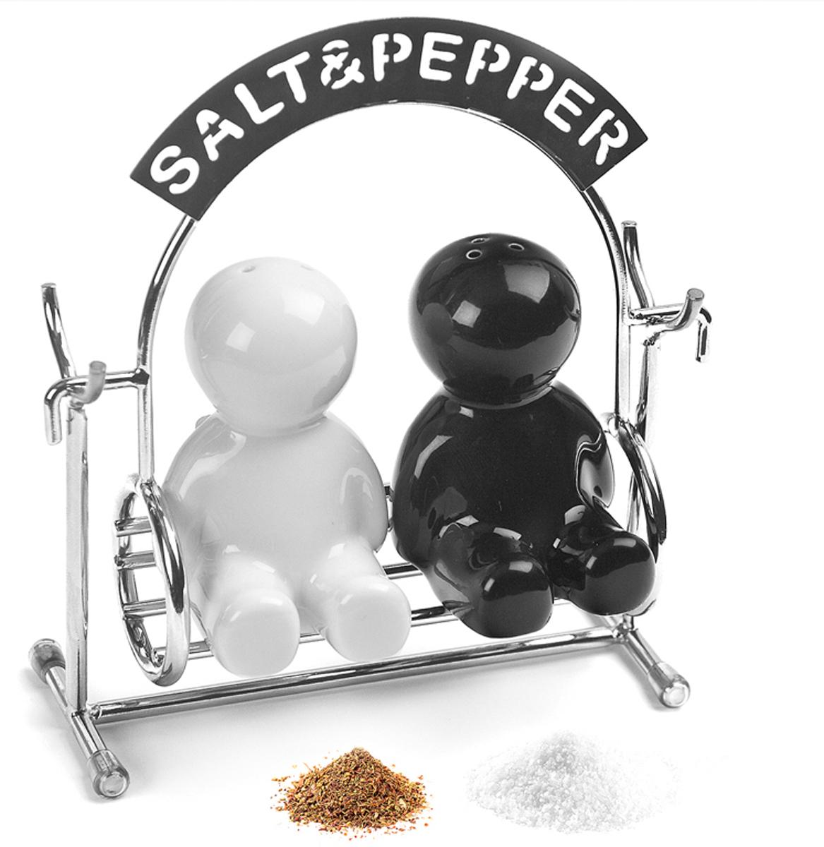 Набор для специй Balvi Salt&Pepper, цвет: черный, 3 предмета25006Набор Salt&Pepper , состоящий из 2 емкостей и держателя, изготовлен из качественной керамики, имеет уникальный дизайн в виде забавных человечков, сидящих на качелях. Держатель для емкостей изготовлен из нержавеющей стали. Такой набор станет неповторимым подарком для любой хозяюшки, которая ценит оригинальные и функциональные вещи на кухне. - Уникальный дизайн в виде керамических человечков.- Держатель для солонки и перечницы изготовлен из нержавеющей стали.- Набор емкостей для специй станет отличным подарком любой хозяйке.