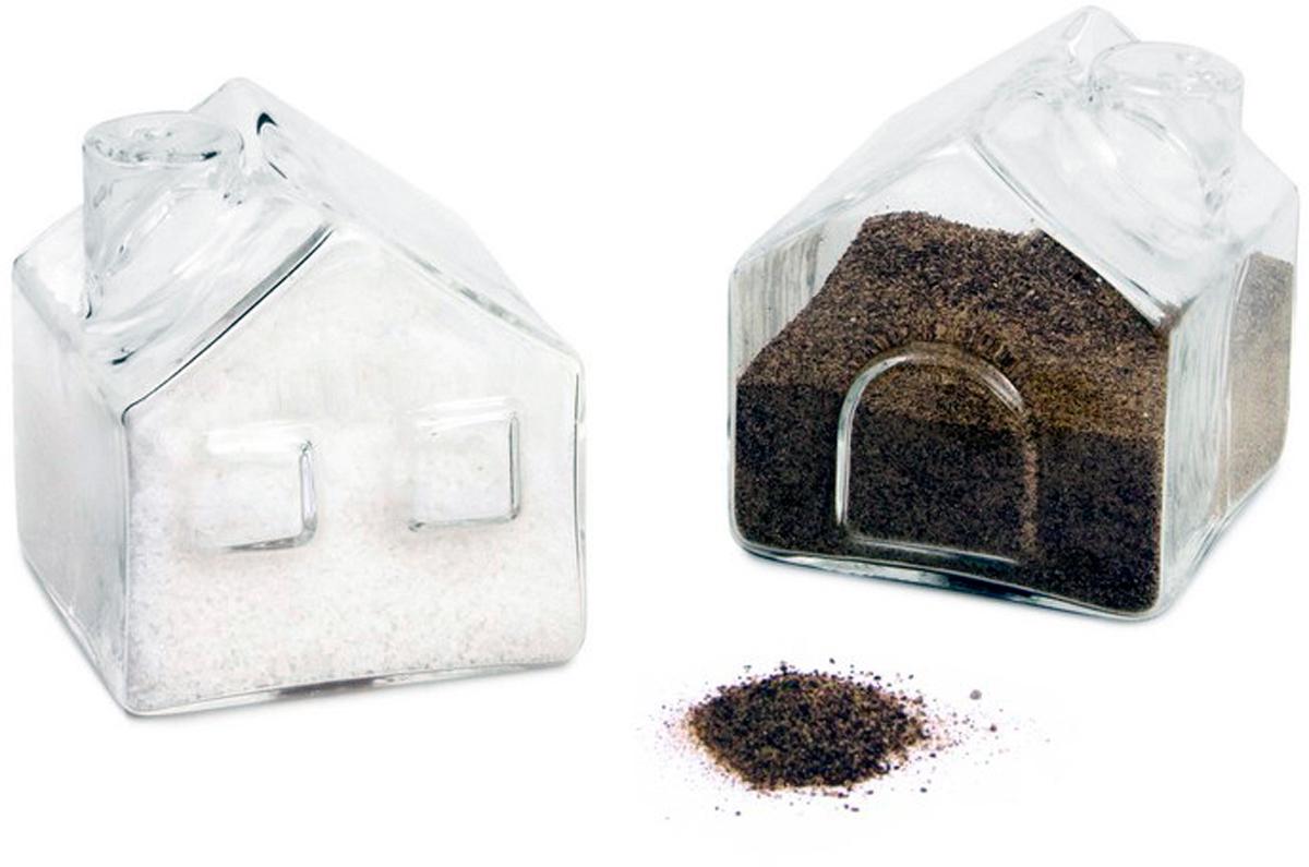 Набор для специй Balvi La Ville, цвет: прозрачный, 2 предмета25901Солонка и перечница La Ville - уникальный набор для специй, который удивит своим внешним видом и функциональностью. Обе емкости для приправ изготовлены из стекла и выполнены в виде деревенских домиков. Такой внешний вид изделий прекрасно подойдет к интерьеру любой кухни и оживит окружение. Обе емкости прозрачны, что без труда поможет найти нужную приправу. Солонка и перечница La Ville станут идеальным подарком для хозяйки, которая любит украшать кухню необычными, но при этом функциональными вещицами.- Замечательный дизайн набора для приправ в виде деревенских домиков.- Емкости для приправ изготовлены из прочного стекла.