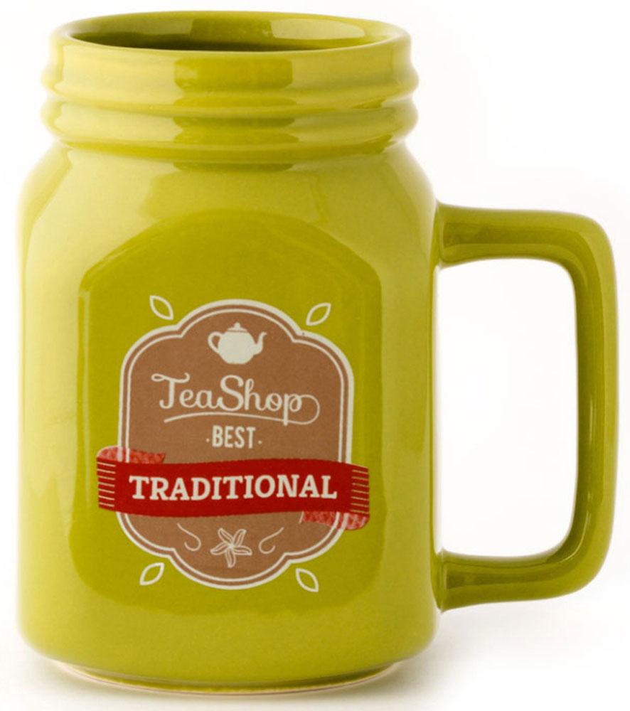 Кружка Balvi Mason, цвет: зеленый, 400 мл. 2621526215Истинным эстетам, любителям чая и красоты на столе обязательно придется по вкусу кружка Mason. Кружка большая, оснащена винтажным принтом с надписью Tea Shop Best Traditional. При желании в ней можно заваривать любимый напиток, и заварки точно хватит на небольшую компанию. Если вы любите яркие цвета, то такая кружка цвета лайма станет отличным приобретением для кухни и вашей любимицей. Выпив с утра чай из нее, вам гарантировано хорошее настроение и заряд энергии на весь день.- Яркий насыщенный цвет поднимает настроение.- Оригинальный принт.- Благодаря широкому основанию, устойчиво стоит на столе.