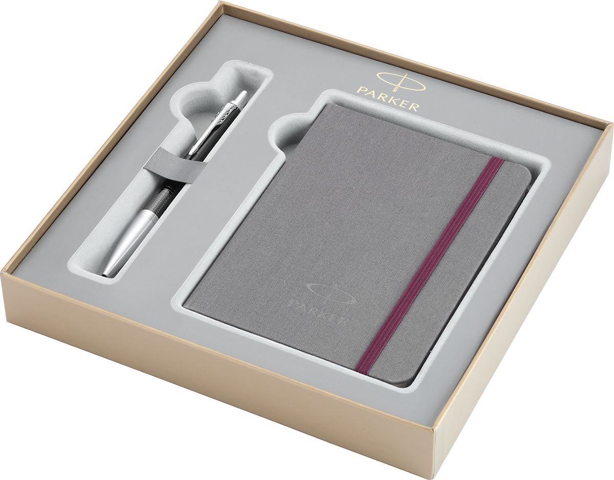 Parker Ручка шариковая Urban Premium Ebony Metal Chiselled синяя132Картонная коробка высота 3,9 см, длина 21,8 см, ширина 21,8 см. Снаружи отделана золотистой бумагой с логотипом PARKER. Внутри отделана бумагой серого цвета. Вложение набора - разлинованный недатированный блокнот для записей, размером 15*10,5 см, с обложкой из ткани сероватого цвета и тканевой закладкой, с 64 белыми листами в линейку и Ручка шариковая URBAN Premium Ebony Metal Chiselled, темно-коричневый лаковый корп., ассиметричная гравировка, хром.детали, синие чернила, M арт.PARKER-1931615. Сделано во Франции. Аналог PARKER-1978328