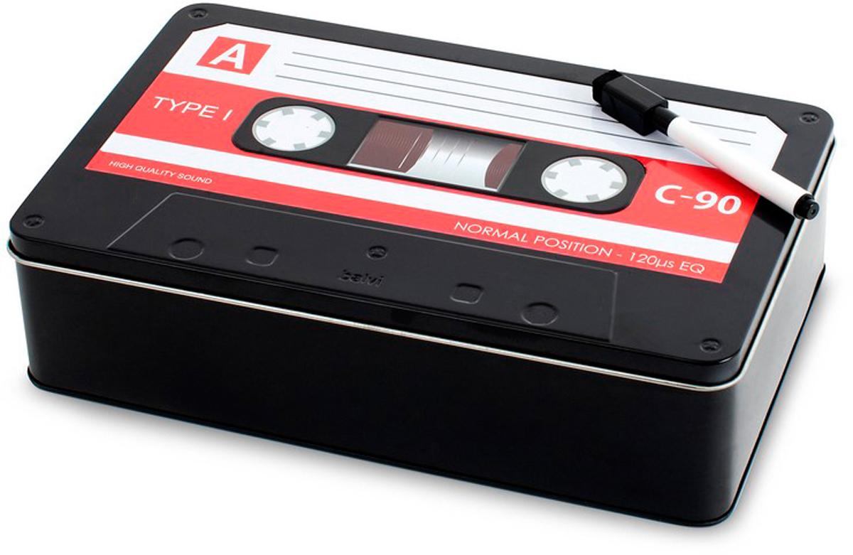 Бокс для хранения Balvi Rec, цвет: черный25561Стильный металлический бокс Balvi Rec подойдет для хранения важных мелочей. Оригинально исполненный аксессуар поможет сохранить документы, деньги, билеты и многое другое в целости и сохранности. Он отличается необычным оформлением - верхняя крышка напоминает аудиокассету. В комплект входит удобный маркер, с помощью которого можно делать различные записи как на самом боксе, так и на документах, которые будут храниться внутри.- Необычный дизайн в виде классической аудиокассеты.- Прочная металлическая коробка и надежная защита содержимого.- Простота использования и впечатляющая вместительность.- Оригинальный подарок и просто полезная вещь.