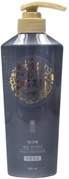 Cheng Jie Кондиционер для волос с экстрактом меда, 500 мл8809054703057Бренд Cheng Jie выпустил кондиционер для волос, который заметно восстанавливает и быстро укрепляет волосы. Преображение происходит за счет натурального экстракта меда (2000ppm), который входит в состав средства. Кроме того, здесь вы найдете масла канолы (4000ppm) и семян жожоба, о полезных свойствах которых также пойдет речь. О целебном применении меда вы слышали не раз и наверняка делали с ним маски. Cheng Jie предлагают не тратить свободное время на самостоятельное приготовление таких средств, а положиться на современный продукт, где состав из натуральных компонентов сбалансирован. Данный кондиционер как нельзя лучше позаботится о ваших волосах. Ведь мед – один из великолепнейших помощников в этом вопросе. Мед, как плазма крови, богат своим составом, где собраны все витамины, микроэлементы. Он хорошо впитывается в волосы, полностью усваивается, наполняя волосы необходимыми веществами, благодаря чему они укрепляются и блестят. В комбинации с маслом жожоба и канолы, мед отлично увлажняет, питает волосы по всей длине, не дает им выпадать, делает их структуру гладкой. Распространенная проблема секущихся кончиков и выпадения волос с легкостью решается с помощью применения кондиционера с медом в его составе. Также, он улучшает циркуляцию крови в клетках кожи головы, стимулирует рост каждой волосины и укрепляет ее луковицу. Тонкие, слабые, ломкие – ваши волосы обретут силу. Светлые волосы наполнятся блеском, мед их слегка оттенит. Витамины группы B в меде стимулируют рост волос, железо с йодом – укрепляют волосы, медь – объединяет эластин и коллаген, цинк – нормализует выделение жира кожным покровом головы. В соединении с маслами действие меда раскрывается на 100%. Масло канола не стоит путать с рапсовым. Канола является разновидностью рапса, но эруковой кислоты в нем лишь 5%, в отличии от рапса, где ее 60%. Это растение содержит массу полезных веществ, например, витамин Е и фосфор. Часто масло канола 